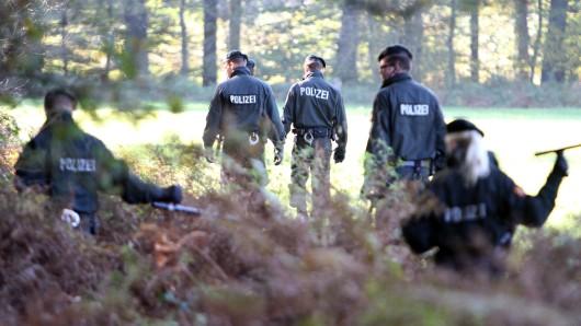 Nach einer großen Suchaktion haben Einsatzkräfte der Feuerwehr sowie der Polizei eine Frau in offensichtlich hilfloser Lage gefunden.