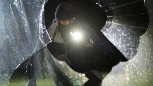 Eine Zeugin hatte den Schein von zwei Taschenlampen bemerkt. (Symbolbild)
