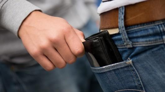 Die Täter hatten dem Mann die Brieftasche geklaut (Symbolbild).