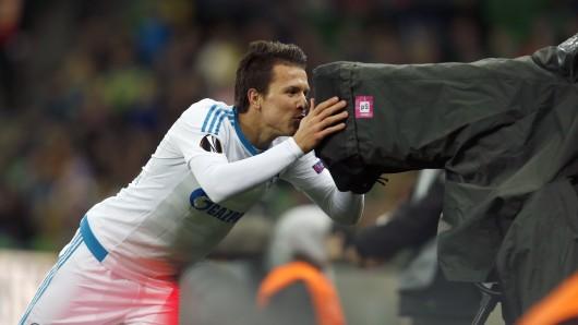 Yevhen Konoplyanka von Schalke bejubelt das 1:0 und schaut dabei in eine TV-Kamera.