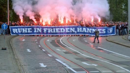 Magdeburg-Fans beim Gedenkmarsch für Hannes
