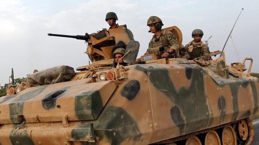 Türkische Soldaten auf einem Panzer (Archivbild).