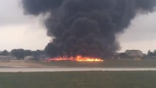 Rauch steigt auf über dem Militärflughafen von Luqa