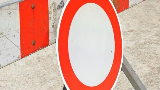Autofahrer müssen der Umleitung folgen (Symbolbild).