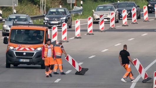 Die Straßenbauer sind fertig und entfernen die Baustellenabsperrungen (Symbolbild).