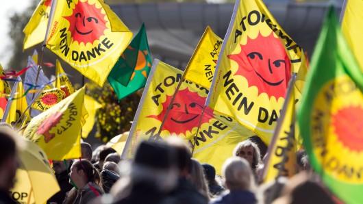 Etwa 700 Atomkraftgegner haben in Lingen für das Ende der Brennelemente-Herstellung demonstriert.