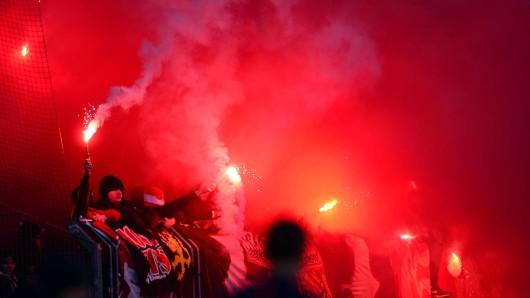 Solche Szenen wie im vergangenen Jahr beim Spiel zwischen Eintracht Braunschweig und dem 1. FC Kaiserslautern wollen Verein und Polizei im Derby gegen Hannover 96 unbedingt verhindern.