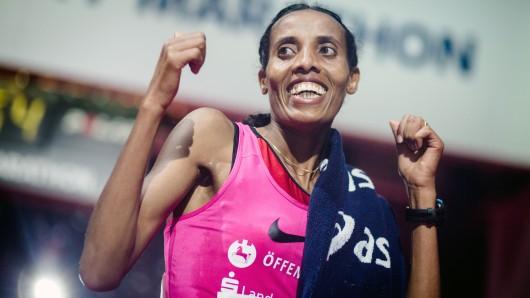 Fate Tola ist überglücklich: Sie wurde deutsche Marathon-Meisterin und erfüllte zugleich die WM-Norm für London 2017.