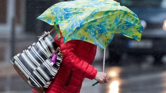 Sturmböen werden laut Deutschem Wetterdienst bis heute Abend Fußgängern und Radfahrern zu schaffen machen (Symbolbild).