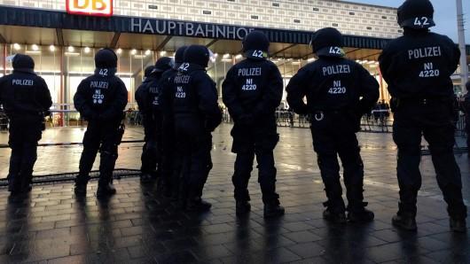 Einsatzkräfte der Polizei vor dem Hauptbahnhof in Braunschweig (Archivbild).