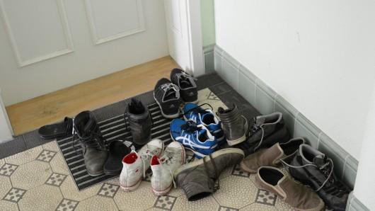 Warum der Täter nur den rechten Schuh mitgenommen hat, ist bislang noch nicht bekannt (Archivbild).