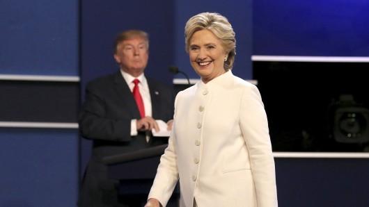 US-Präsidentschaftskandidatin Hillary Clinton (r) und Kontrahent Donald Trump.
