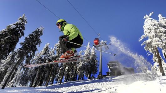Ein Skiläufer springt über einen Hügel auf dem Wurmberg bei Braunlage im Oberharz.  (Archivbild)