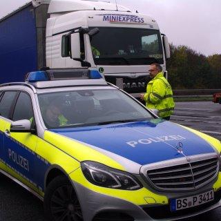 Nach einer Kontrolle haben Polizeibeamte aus Goslar einen niederländischen Lkw-Fahrer aus dem Verkehr gezogen (Archivbild).