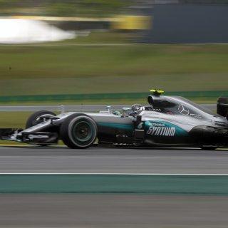 Nico Rosberg holte beim Freien Training vor dem Grand Prix am Sonntag in Brasilien Platz eins - mit 19 tausendstel Sekunden Vorsprung vor seinem WM-Konkurrenten und Team-Kollegen Lewis Hamilton.
