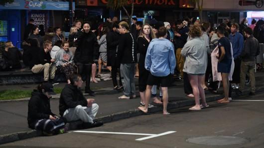 Einwohner von Christchurch sind nach dem schweren Erdbeben ins Freie geströmt. Behörden forderten die Menschen inzwischen auf, ins Landesinnere zu fliehen.