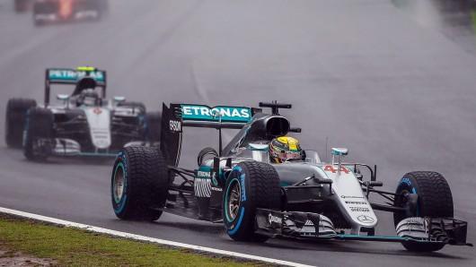 Lewis Hamilton vor Nico Rosberg - das ist das Ergebnis des Regenrennens von Sao Paulo.