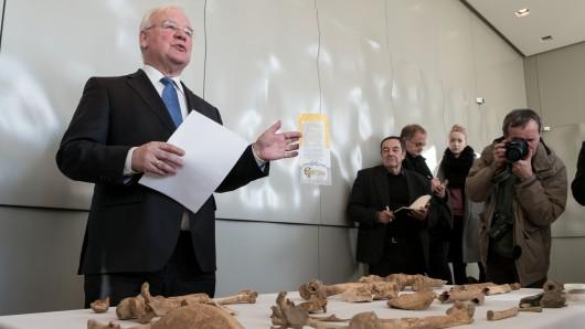 Der Landtagspräsident Bernd Busemann stellt am 14. November die Forschungsergebnisse der im Landtag gefundenen menschlichen Knochen in Hannover  vor.