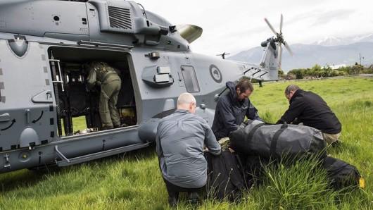Ein Rettungshubschrauber der neuseeländischen Luftwaffe fliegt in das Katastrophengebiet ein.