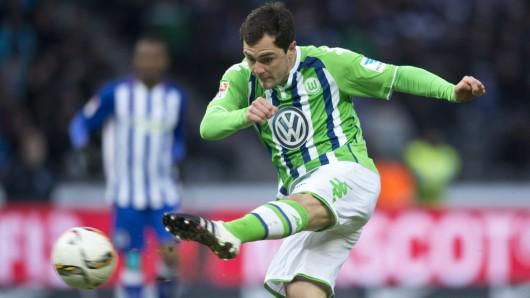 Marcel Schäfer vom VfL  Wolfsburg am Ball (Archivbild).