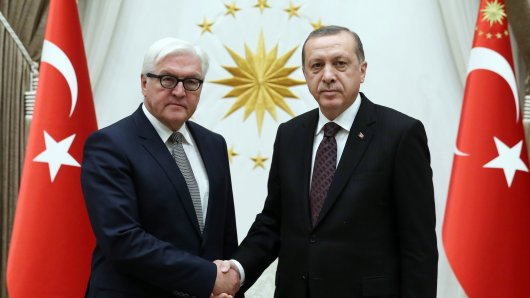 Ein freundlicher Empfang sieht anders aus: Außenminister Frank-Walter Steinmeier (SPD,l.) wird vom türkischen Staatschef Recep Tayyip Erdogan begrüßt.