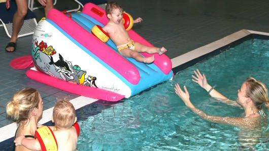 Spaß auf der Babyrutsche bei der weihnachtlichen Poolparty.