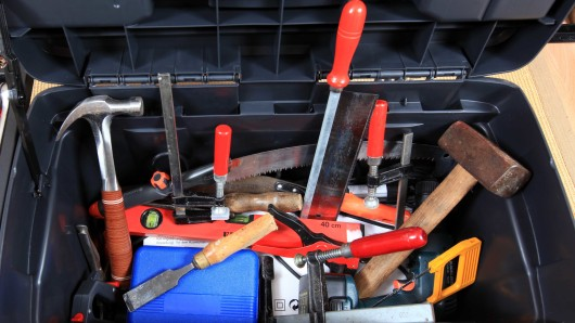 Die Einbrecher haben Werkzeuge und Arbeitsmaschinen mitgehen lassen (Symbolbild).