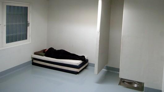 Eine Betrunkene schläft ihren Rausch in einer Ausnüchterungszelle aus (Symbolbild).