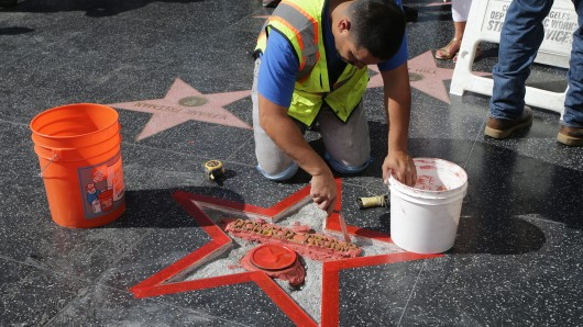 Ein Arbeiter restauriert den Stern von Donald Trump auf dem Walk of Fame nachdem dieser demoliert wurde.