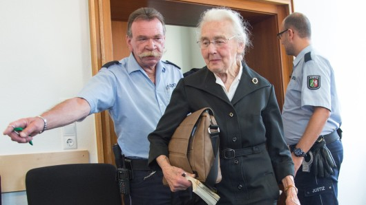 Ursula Haverbeck muss mindestens zwei Jahre ins Gefängnis - ihre Revision wurde abgelehnt. (Archivbild)