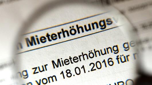 Eine Mieterhöhung wird auf einem amtlichen Schreiben angekündigt (Symbolbild).