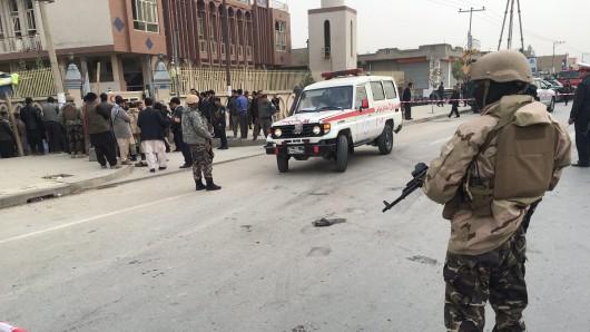 Mindestens 27 Menschen sind bei einem Anschlag auf eine schiitische Moschee in Kabul verletzt worden.