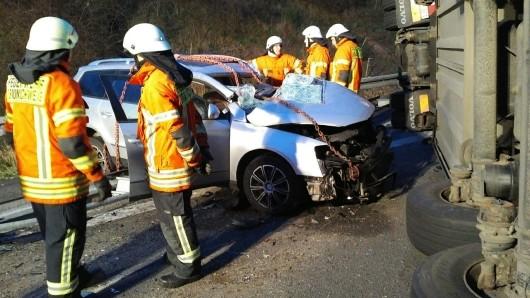 Ein Pkw ist auf der A2 auf Höhe Braunschweig-Flughafen unter einem Lkw begraben worden. Der Pkw-Fahrer starb bei dem Unfall.