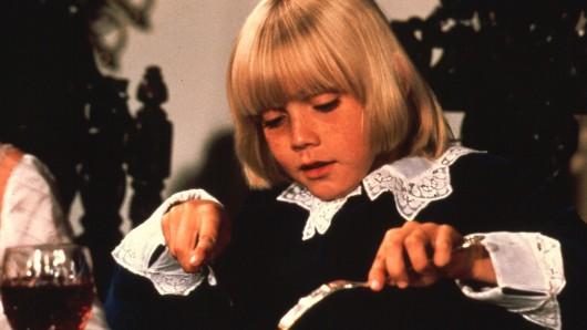 Der kleine Lord Ceddie Erol (Ricky Schroder) lebt mit seiner Mutter in einem Armenviertel von New York.