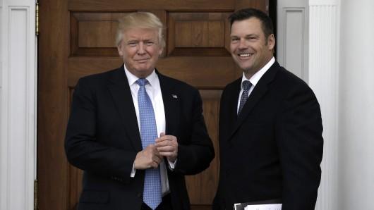 Kris Kobach (r.), Kandidat für einen Kabinettsposten unter Donald Trump (l.), trägt offen seine Pläne für das Heimatschutzministerium  herum.