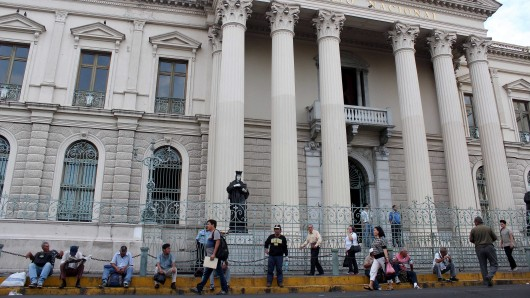 Menschen sammeln sich vor dem National Palast in San Salvador.