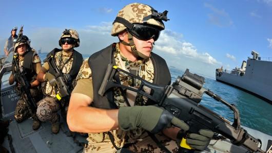 Soldaten simulieren einen Einsatz zum Schutz vor Piraterie am Horn von Afrika (Archivbild).