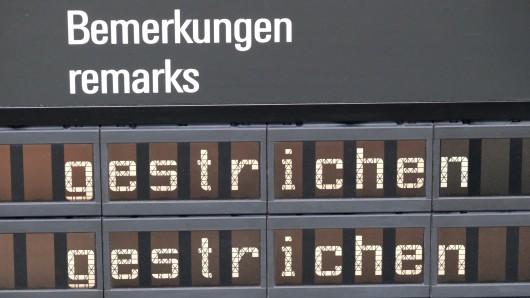 Eine Fluginformationsanzeige gibt einen Überblick über gestrichene Flüge (Symbolbild).