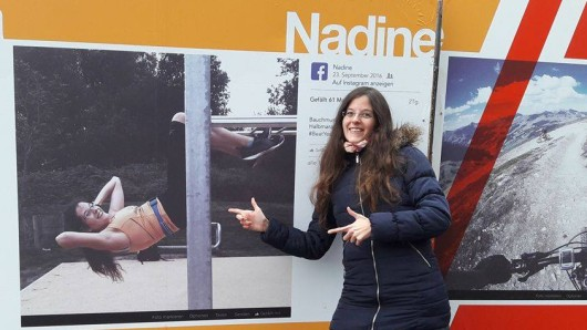 Nadine Kreutzfeld vor ihrem Plakat in Hamburg.