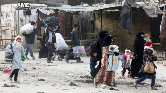 Syrische Familien fliehen aus dem Osten der umkämpften Stadt Aleppo.