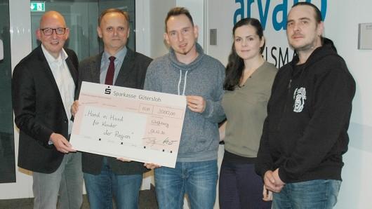"""Vertreter von Arvato SCM Solutions bei der Spendenübergabe an den Verein """"Hand in Hand für Kinder der Region e.V.""""."""