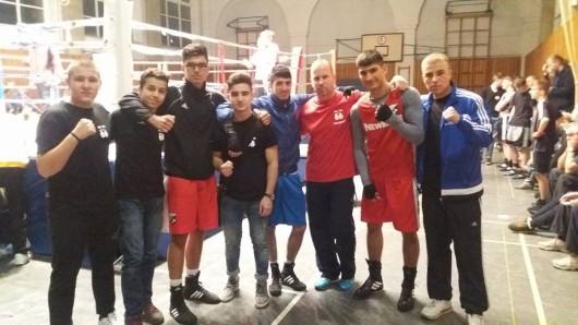 Dima Kazantsev (von links), Ali Hammouda, Darian Drini, Rob Sarkisian, Mohammad Rezer, Coach Thomas Meyer, Minhajuddin Wahaj und Julian Nelke freuen sich über die gute Bilanz.