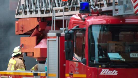Die Drehleiter der Peiner Feuerwehr hat einen Pkw gerammt (Symbolbild). Die Autofahrerin wurde schwer verletzt.