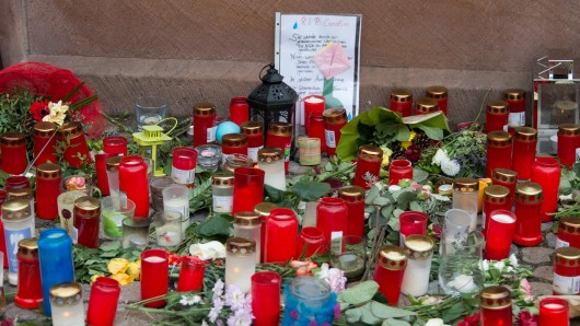 Kerzen für die getötete Joggerin in Endingen am Stadtbrunnen.