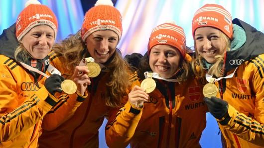 Franziska Hildebrand (v.l.) Vanessa Hinz, Laura Dahlmeier und Franziska Preuß haben's geschafft: Die Biathletinnen holten Gold in der Staffel.