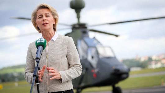 Bundesverteidigungsministerin Ursula von der Leyen (CDU) unterschreibt am Donnerstag eine Absichtserklärung (Archivbild).
