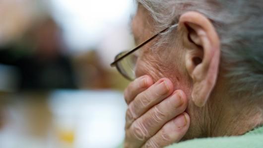 Die Seniorin gab an, nichts zu besitzen. Dann verschwanden die Betrüger (Symboldbild).