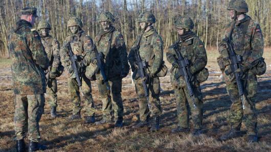 Rekruten bei der Bundeswehr müssen künftig einen Sicherheitscheck durch den Militärischen Abschirmdienst durchlaufen - bevor sie die Uniform anziehen (Symbolbild).