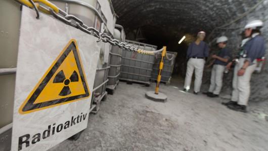 Entgegen eines anderslautenden Gutachtens will Bundeswirtschaftsminister Sigmar Gabriel (SPD) den Atommüll aus der Asse bergen lassen.