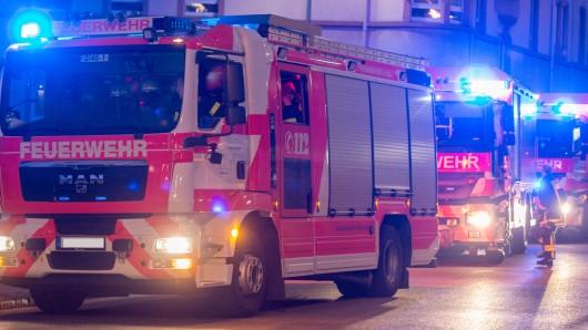 Die Feuerwehr Wolfsburg musste in der Nacht zum Sonntag zu vier Pkw- und fünf Containerbränden ausrücken (Symbolbild).